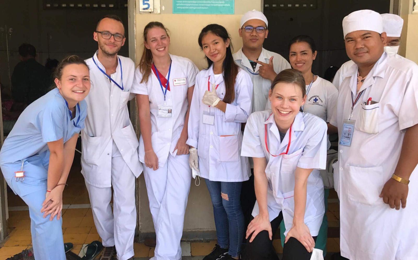 発展途上国で活動中の医療インターンの仲間たち